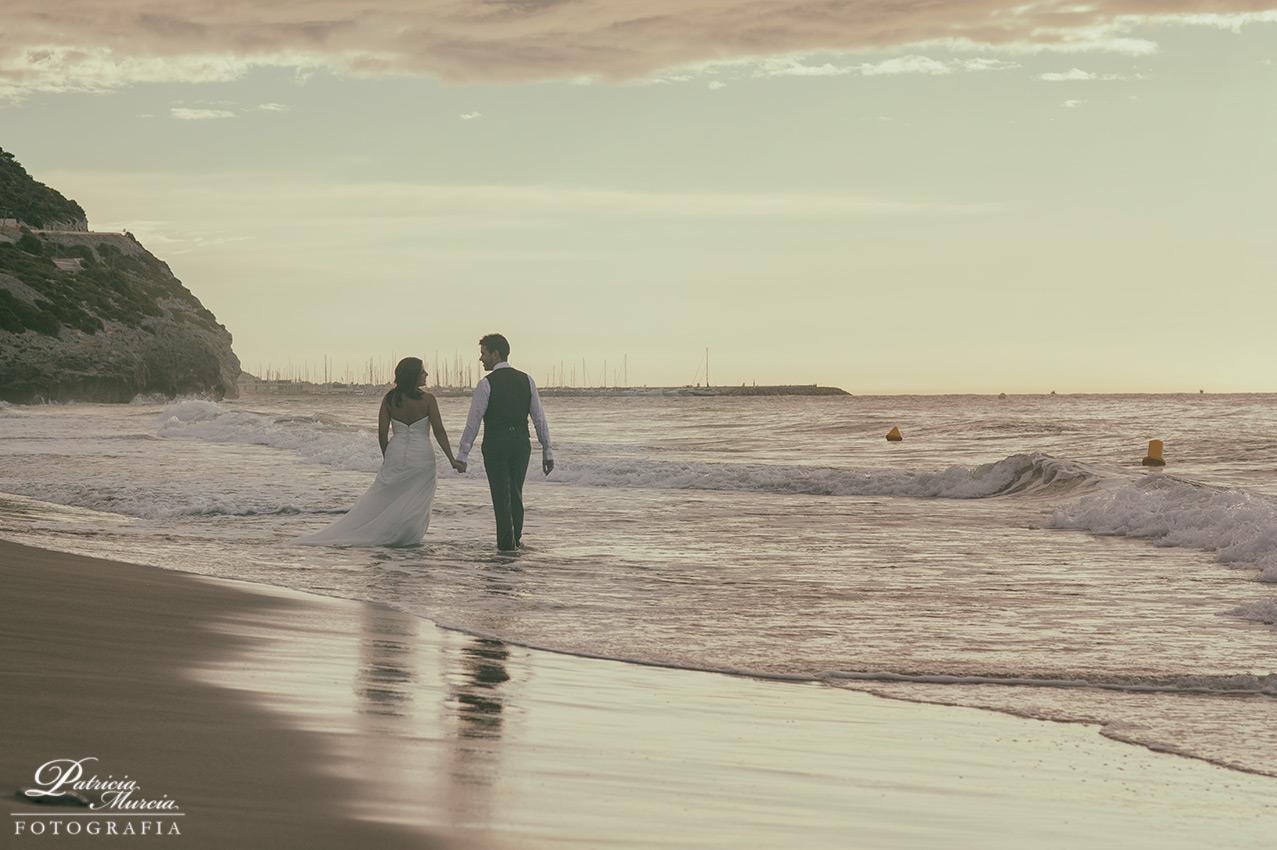 Borja y Alicia: paseo por la playa de Sitges